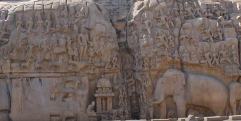 древен храм в Индия - виждате по средата НАГА- човек- Змия