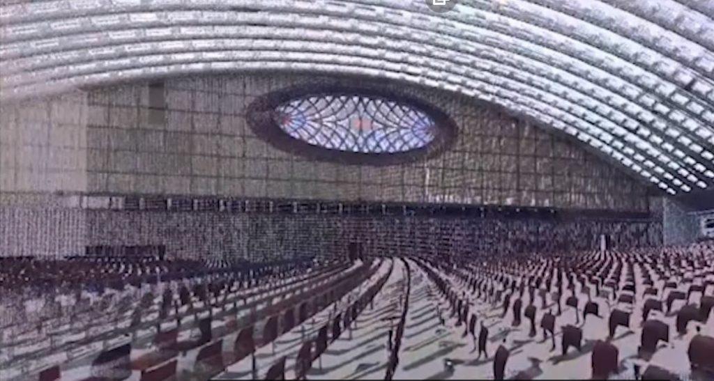 прозорците на конферетната зала приличат на очите на рептил