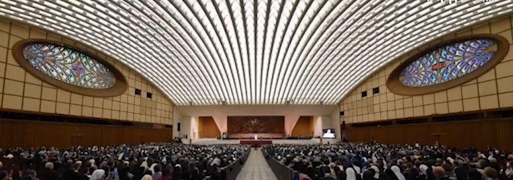 папата в залата за конференции