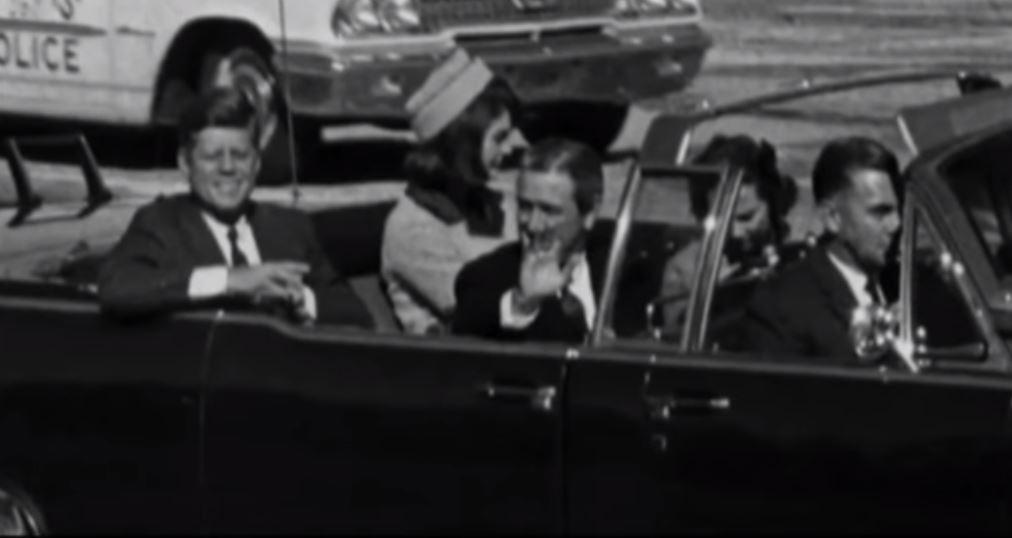 видео кадри преди смъртта на Кенеди покават две жени и 6 човека в лимузината