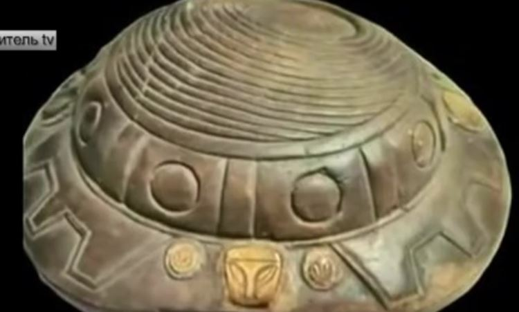 древен артефакт прилича на летяща чиния с рептилска глава
