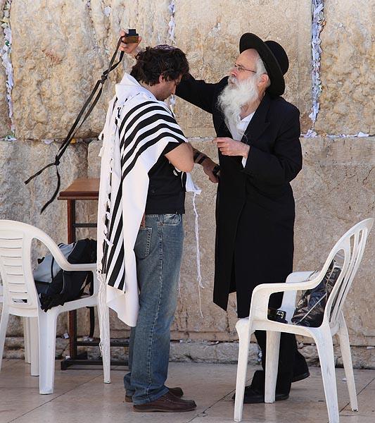поставяне на тефилина преди молитва пред стената на плача в Йерусалим