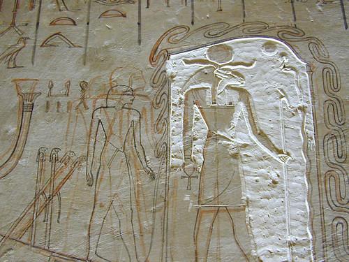 Мехен бог на змията се навива около бога на слънцето в защита